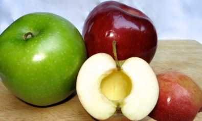 Pump Mama's easy kitchen hack to coring apples!